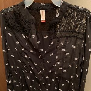 Women's skull top with lace